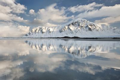 https://imgc.allpostersimages.com/img/posters/morning-light-hits-a-mountain-on-the-beach-of-flakstad-flakstadoya-lofoten-islands-norway_u-L-PWFIGN0.jpg?p=0