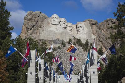 https://imgc.allpostersimages.com/img/posters/mount-rushmore-national-memorial-avenue-of-flags-south-dakota-usa_u-L-PN6QH80.jpg?p=0