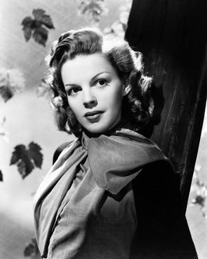 Judy Garland leaves in background portrait by Movie Star News