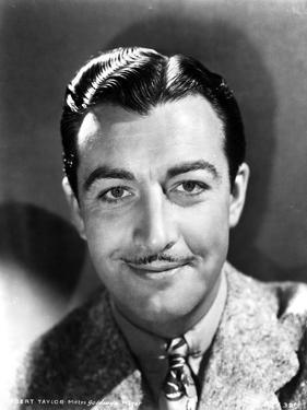 Robert Taylor smiling in Suit by Movie Star News