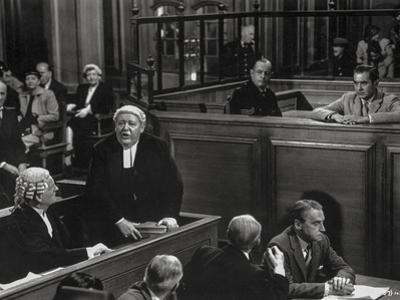 Witness For The Prosecution Cast Talking in Movie Scene