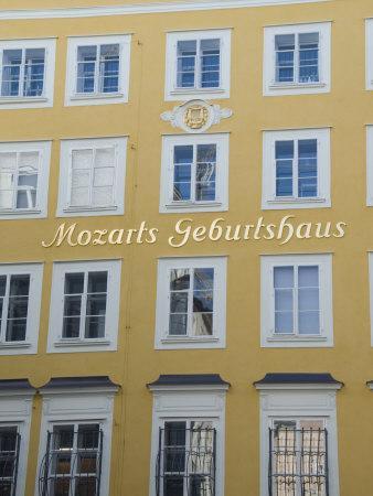https://imgc.allpostersimages.com/img/posters/mozart-s-birthplace-now-a-museum-in-getreidegasse-salzburg-austria-europe_u-L-P7NZPC0.jpg?p=0
