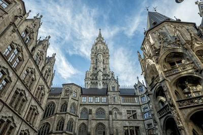 https://imgc.allpostersimages.com/img/posters/munich-bavaria-germany-inner-courtyard-of-the-new-town-hall-at-marienplatz-mary-s-square_u-L-Q11YQ0K0.jpg?p=0