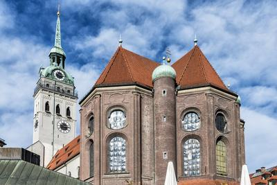 https://imgc.allpostersimages.com/img/posters/munich-bavaria-germany-view-to-st-peter-s-church-from-the-viktualienmarkt-food-market_u-L-Q11YMPD0.jpg?p=0