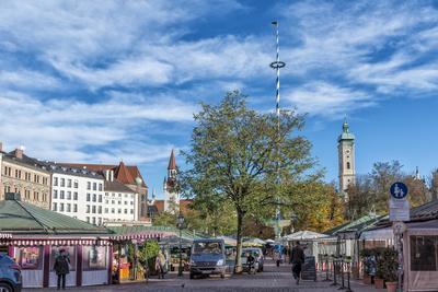 https://imgc.allpostersimages.com/img/posters/munich-bavaria-germany-viktualienmarkt-food-market-with-maypole_u-L-Q11YT110.jpg?p=0