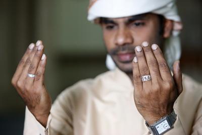 https://imgc.allpostersimages.com/img/posters/muslim-man-praying-dubai-united-arab-emirates_u-L-Q1GYJYV0.jpg?artPerspective=n