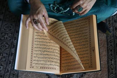 https://imgc.allpostersimages.com/img/posters/muslim-woman-reading-kuran-montrouge-hauts-de-seine-france_u-L-Q1GYM8U0.jpg?artPerspective=n