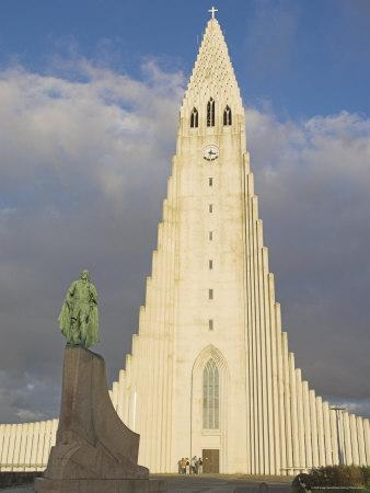 Statue of Leifur Eiriksson (Liefer Eriksson) and Hallgrimskirkja, Reykjavik, Iceland, Polar Regions