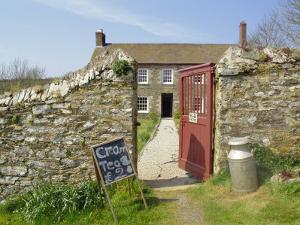 Cream Teas Sign Outside Cornish Farmhouse, Near Fowey, Cornwall, England, UK by Nick Wood
