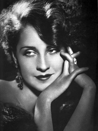 https://imgc.allpostersimages.com/img/posters/norma-shearer-holding-hands-in-classic_u-L-Q116ZBF0.jpg?p=0