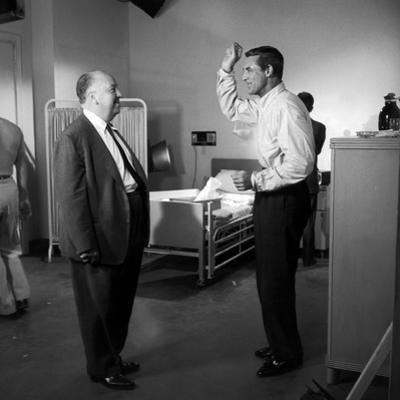 NORTH BY NORTHWEST, 1959 directed by ALFRED HITCHCOCK On the set, Alfred Hitchcock and Cary Grant (