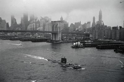 https://imgc.allpostersimages.com/img/posters/nuclear-submarine-passing-new-york-view_u-L-PZOPNX0.jpg?p=0