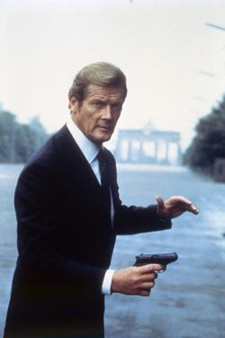 Octopussy by John Glen with Roger Moore, 1983 (photo)