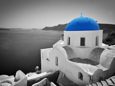 https://imgc.allpostersimages.com/img/posters/oia-town-on-santorini-island-greece-black-and-white-styled-with-blue-dome-of-traditional-church-o_u-L-Q105HJD0.jpg?p=0