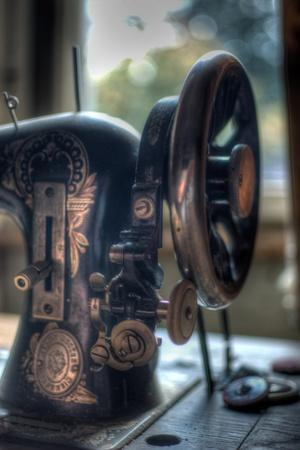 https://imgc.allpostersimages.com/img/posters/old-sewing-machine_u-L-PZ0QDN0.jpg?artPerspective=n