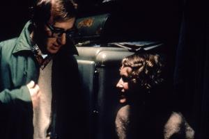 On the set, Woody Allen directs Mia Farrow. PURPLE ROSE OF CAIRO, 1985 directed by WOOD Y ALLEN (ph