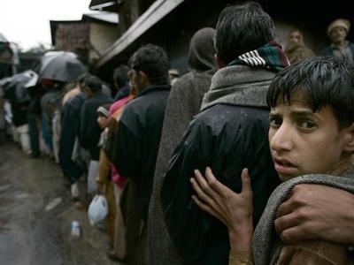 https://imgc.allpostersimages.com/img/posters/pakistanis-wait-in-line-to-receive-food-as-aid_u-L-Q10OREM0.jpg?artPerspective=n