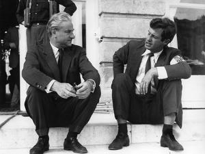 PARIS BRULE-T-IL ?, 1966 by RENE CLEMENT On the set, Rene Clement with Jean-Paul Belmondo (b/w phot