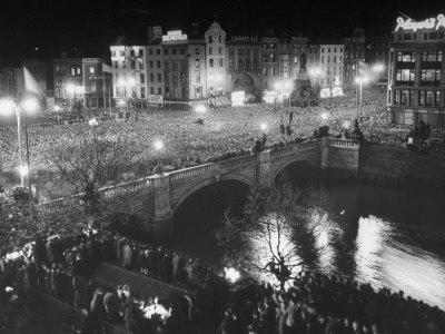 https://imgc.allpostersimages.com/img/posters/people-celebrating-the-independence-of-ireland-on-o-connell-bridge-before-midnight-on-easter-sunday_u-L-P6IHMS0.jpg?p=0