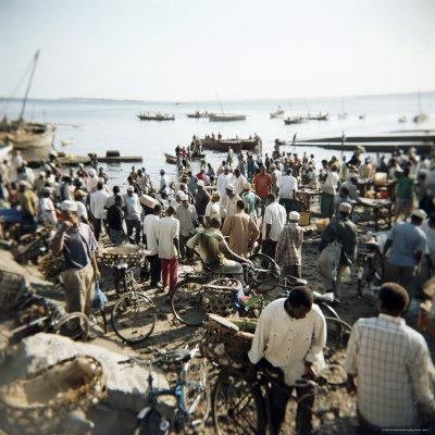 https://imgc.allpostersimages.com/img/posters/people-waiting-on-beach-for-dhows-to-land-fish-stone-town-zanzibar-tanzania-east-africa-africa_u-L-P2QT8J0.jpg?artPerspective=n