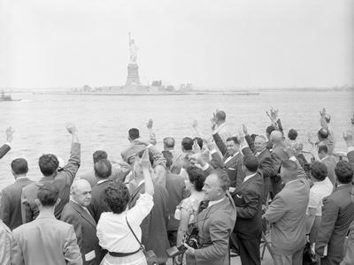 https://imgc.allpostersimages.com/img/posters/people-waving-to-the-statue-of-liberty_u-L-PZSAEF0.jpg?p=0