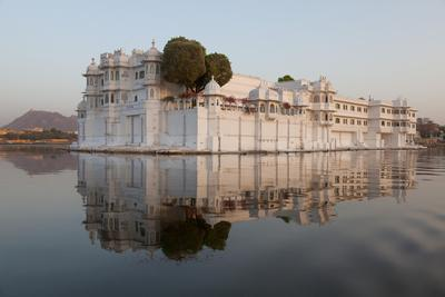 https://imgc.allpostersimages.com/img/posters/perfect-reflection-of-lake-palace-hotel-india_u-L-Q12SDYF0.jpg?p=0