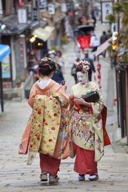 Geisha, Kyoto, Japan by Peter Adams