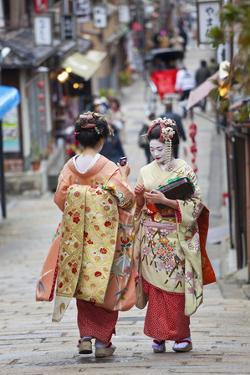 Geisha, Kyoto, Japan by Peter Adams