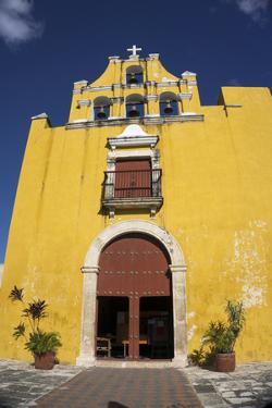 Templo del Dulce Nombre de Jesus, Campeche, UNESCO World Heritage Site, Yucatan, Mexico, North Amer by Peter Groenendijk