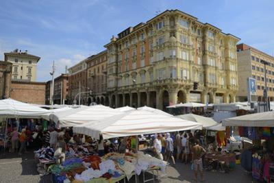 Street Market, Via Irnerio, Bologna, Emilia-Romagna, Italy, Europe