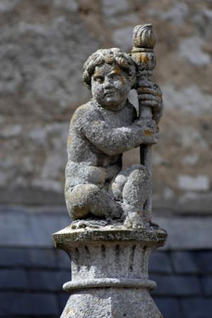 Château de Fougères-sur-Bièvre, sculpture au sommet d'un fronton de lucarne by Philippe Berthé