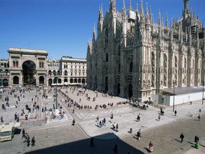 https://imgc.allpostersimages.com/img/posters/piazza-del-duomo-milan-italy_u-L-P1JS320.jpg?artPerspective=n