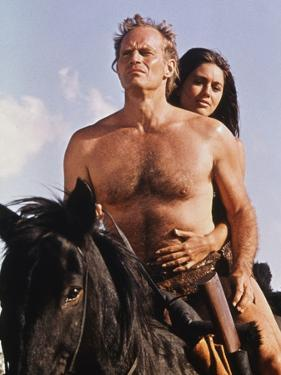 PLANET OF THE APES, 1968 directed by FRANKLYN J. SCHAFFNER Charlton Heston / Linda Harrison (photo)