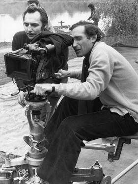 POLICE PYTHON, 1976 directed by ALAIN CORNEAU On the set, Alain Corneau behind the camera (b/w phot