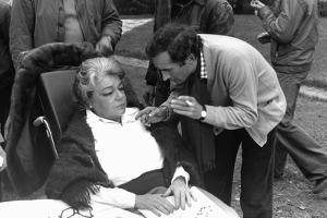 POLICE PYTHON, 1976 directed by ALAIN CORNEAU On the set, Alain Corneau directs simone Signoret (b/
