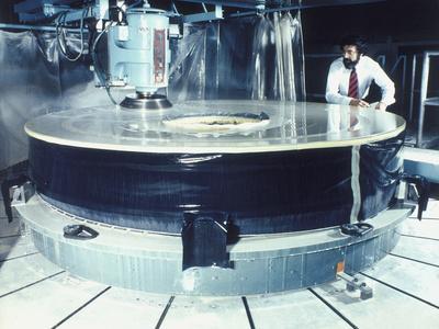 https://imgc.allpostersimages.com/img/posters/polishing-the-mirror-of-the-hubble-telescope-1980s_u-L-Q10LJT40.jpg?artPerspective=n