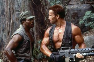 PREDATOR, 1987 directed by JOHN McTIERNAN Carl Weathers and Arnold Scharzenegger (photo)