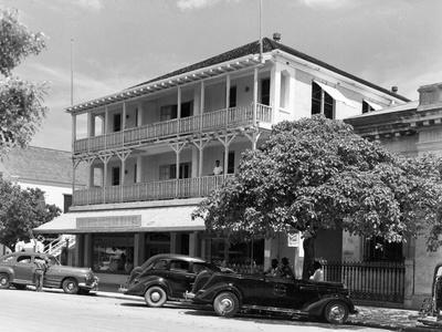 https://imgc.allpostersimages.com/img/posters/prince-george-hotel-in-nassau-bahamas-c-1955_u-L-PPQX6L0.jpg?artPerspective=n