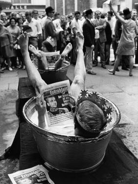 """Protesters Sit in Bath Tubs and Read the Satirical Newspaper """"Pardon"""""""