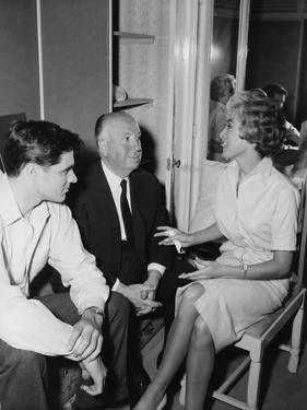 PSYCHO, 1960 directed by ALFRED HITCHCOCK On the set, Alfred Hitchcock between John Gavin and JKane