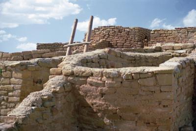 https://imgc.allpostersimages.com/img/posters/pueblo-indian-dwelling-and-kiva-built-11th-14th-century_u-L-PPXFMN0.jpg?p=0