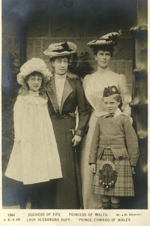 https://imgc.allpostersimages.com/img/posters/queen-mary-with-prince-edward-and-duchess-of-fife_u-L-Q107M060.jpg?p=0