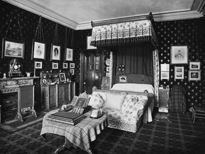 https://imgc.allpostersimages.com/img/posters/queen-victoria-s-bedroom_u-L-PZOFO40.jpg?artPerspective=n