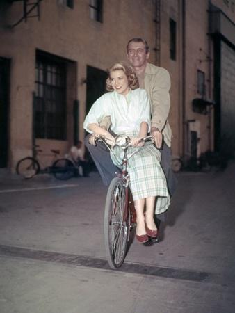 https://imgc.allpostersimages.com/img/posters/rear-window-1954-directed-by-alfred-hitchcock-on-the-set-grace-kelly-and-james-stewart-photo_u-L-Q1C1CJ00.jpg?artPerspective=n