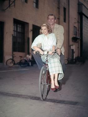 REAR WINDOW, 1954 directed by ALFRED HITCHCOCK On the set, Grace Kelly and James Stewart (photo)