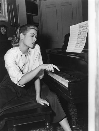 https://imgc.allpostersimages.com/img/posters/rear-window-1954-directed-by-alfred-hitchcock-on-the-set-grace-kelly-b-w-photo_u-L-Q1C1BD60.jpg?artPerspective=n