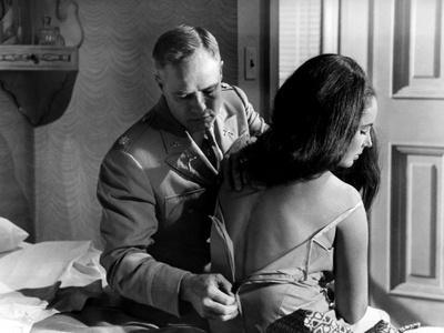 https://imgc.allpostersimages.com/img/posters/reflection-in-a-golden-eye-1967-directed-by-john-huston-marlon-brando-elizabeth-taylor-b-w-phot_u-L-Q1C19DV0.jpg?artPerspective=n