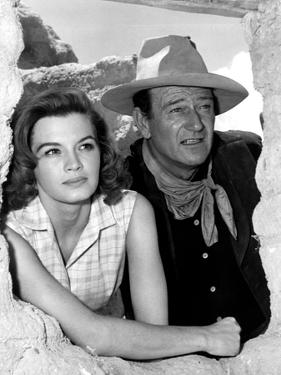 RIO BRAVO, 1959 directed by HOWARD HAWKS On the set, Angie Dickinson and John Wayne (b/w photo)