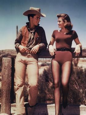 RIO BRAVO, 1959 directed by HOWARD HAWKS On the set, Ricky Nelson and Angie Dickinson (photo)