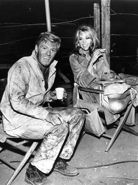 Robert Redford and Jane Fonda sur le tournage du film La Poursuite Impitoyable THE CHASE d'ArthurPe